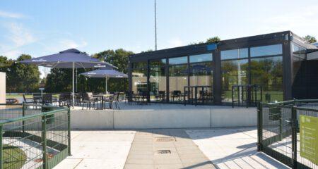 Voetbalpaviljoen Oirschot Vooruit buitenaanzicht met terras
